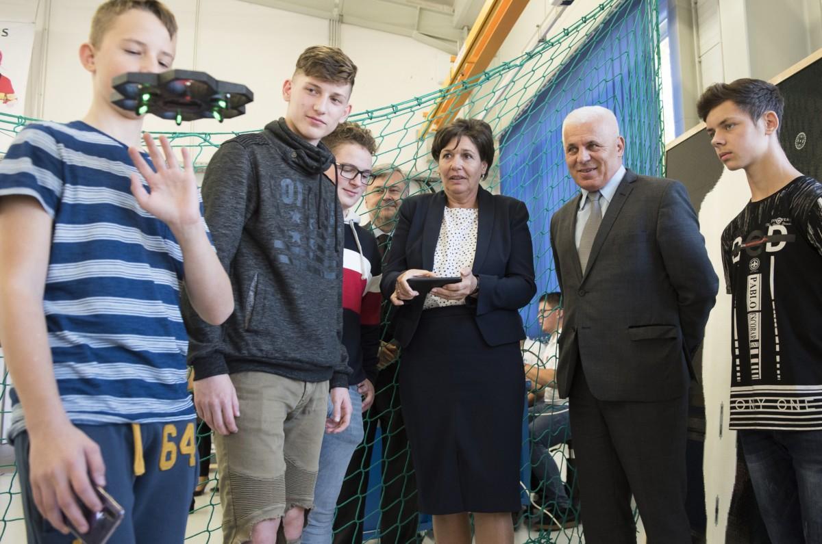 A képernyőn Pölöskei Gáborné, az Innovációs és Technológiai Minisztérium szakképzésért és felnőttképzésért felelős helyettes államtitkára (k) egy drónt irányít, mellette Kovács Ferenc polgármester (j2) az ország első digitális közösségi alkotóműhelyében, a Nyíregyházi Szakképzési Centrumban 2018. november 6-án.