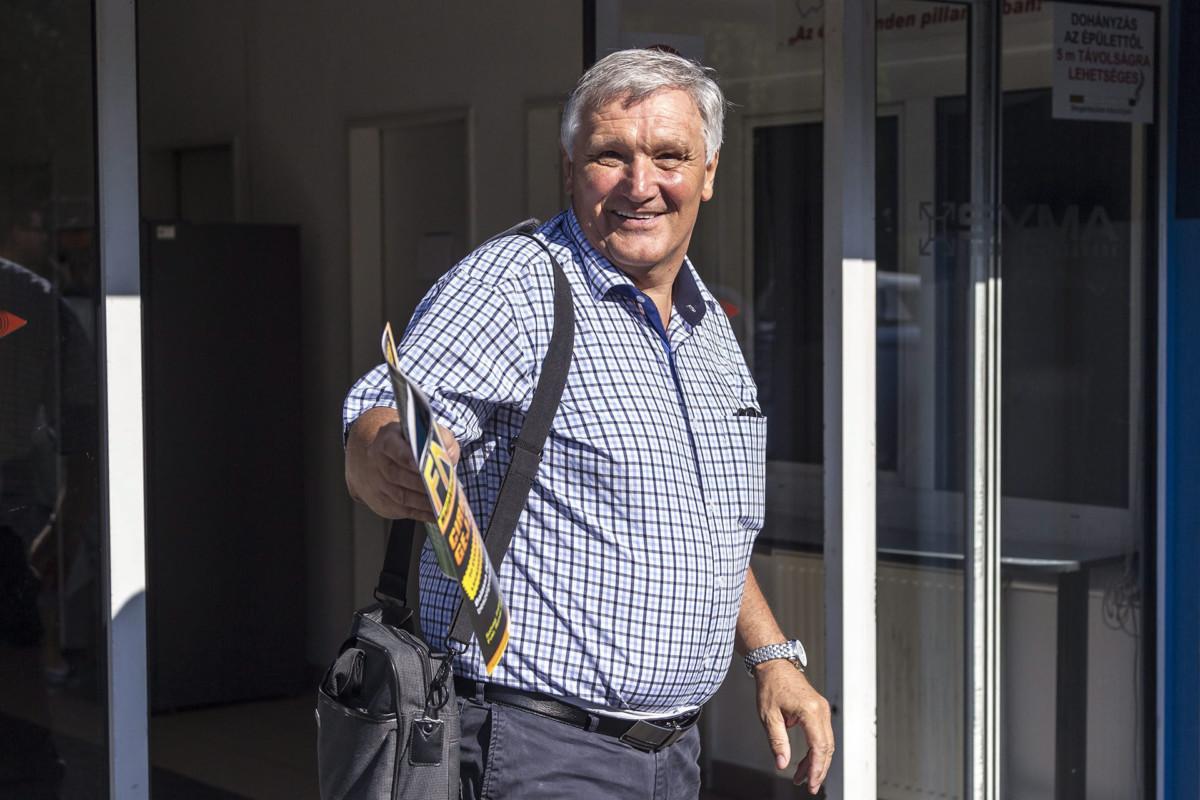 Puch László egy Fedél Nélkül újságot szorongat az MSZP Rendkívüli tisztújító kongresszusa előtt, a budapesti Syma Rendezvénycsarnoknál 2014. július 19-én.