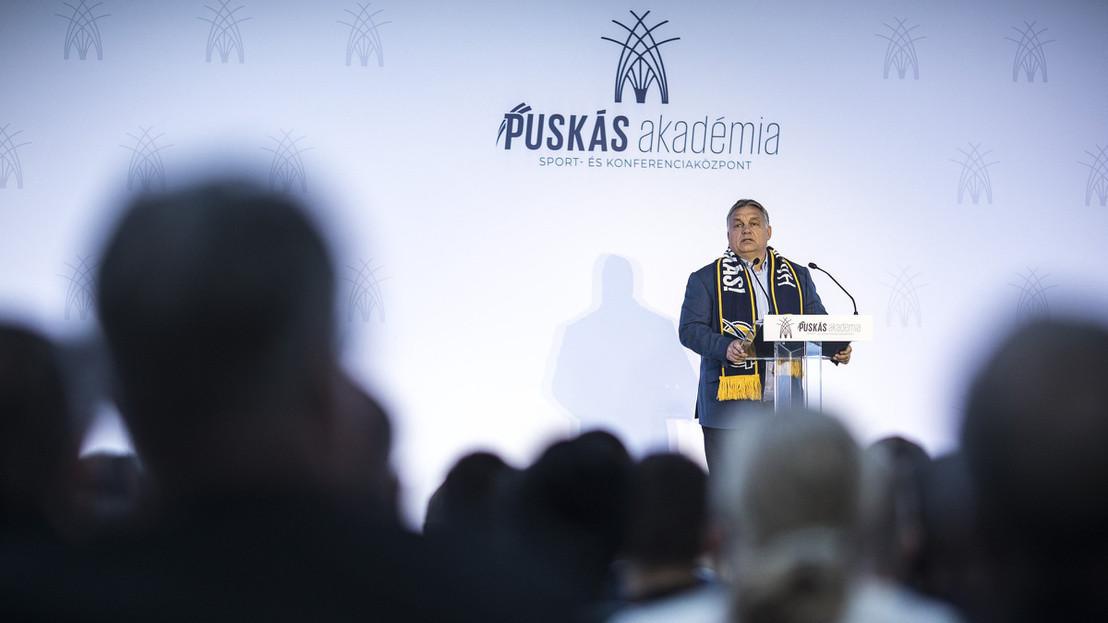 Orbán Viktor miniszterelnök beszédet mond a Puskás Akadémia Sport- és Konferenciaközpont átadó ünnepségén Felcsúton 2018. október 13-án.