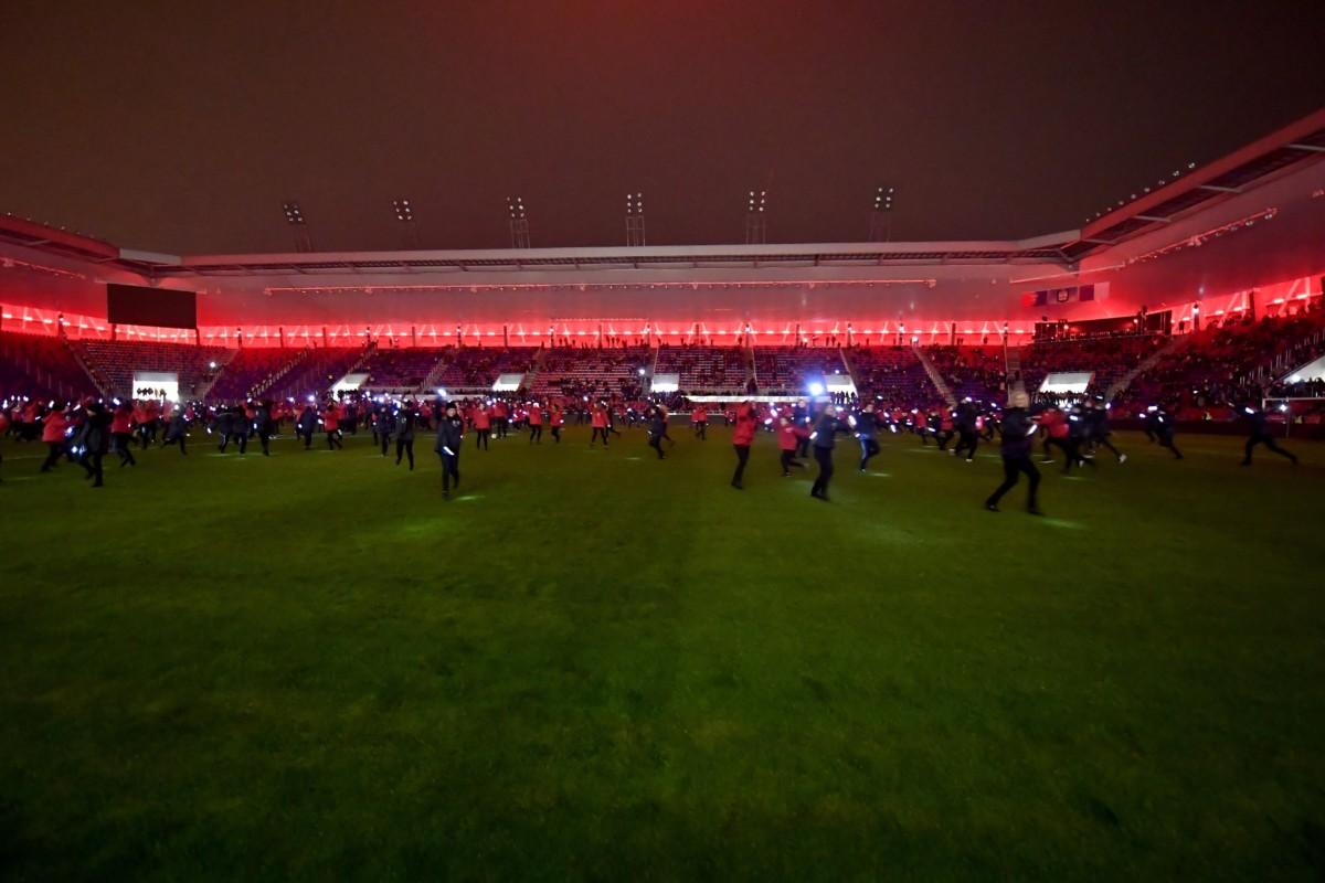 Gyerekek táncolnak a MOL Aréna Sóstó futballstadion avatóünnepségén Székesfehérváron 2018. november 21-én.