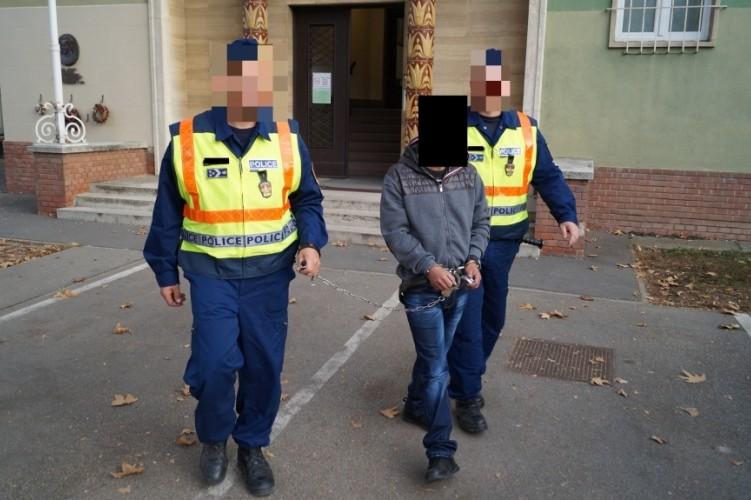 A rablással gyanúsítottak elfogása.