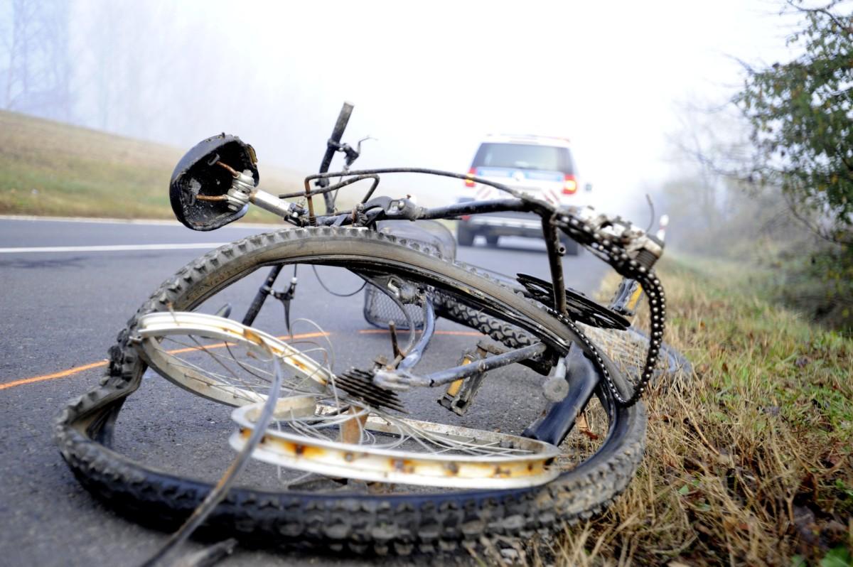 Összeroncsolódott kerékpár a Pest megyei Szigetújfalu külterületén, a 5101-es számú úton, ahol egy személyautó halálra gázolt egy kerékpárost 2018. november 9-én.