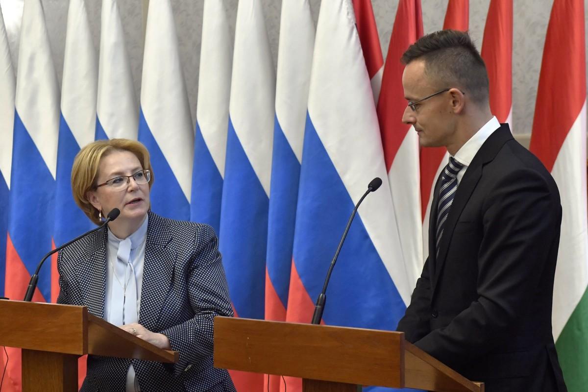 Veronika Szkvorcova orosz egészségügyi miniszter és Szijjártó Péter külgazdasági és külügyminiszter a magyar-orosz kormányközi gazdasági együttműködési bizottság ülése után tartott sajtótájékoztatón a minisztériumban 2018. november 22-én.