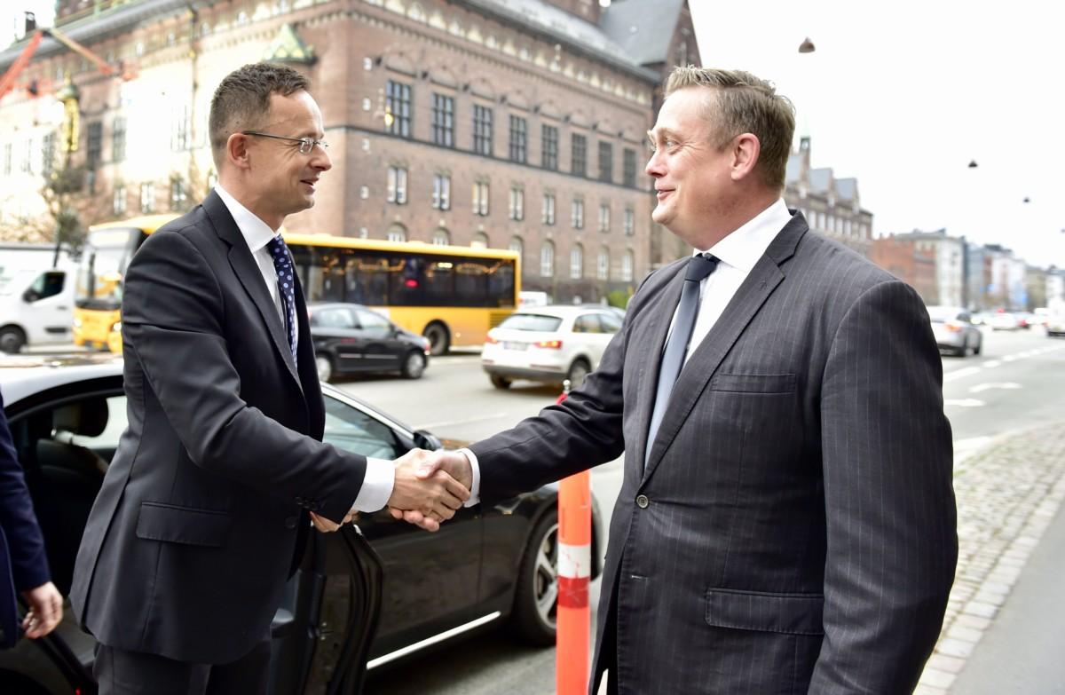 A Külgazdasági és Külügyminisztérium (KKM) által közreadott képen Jens Holst-Nielsen, a dán iparszövetség igazgatója (j) fogadja Szijjártó Péter külgazdasági és külügyminisztert Koppenhágában 2018. november 23-án.