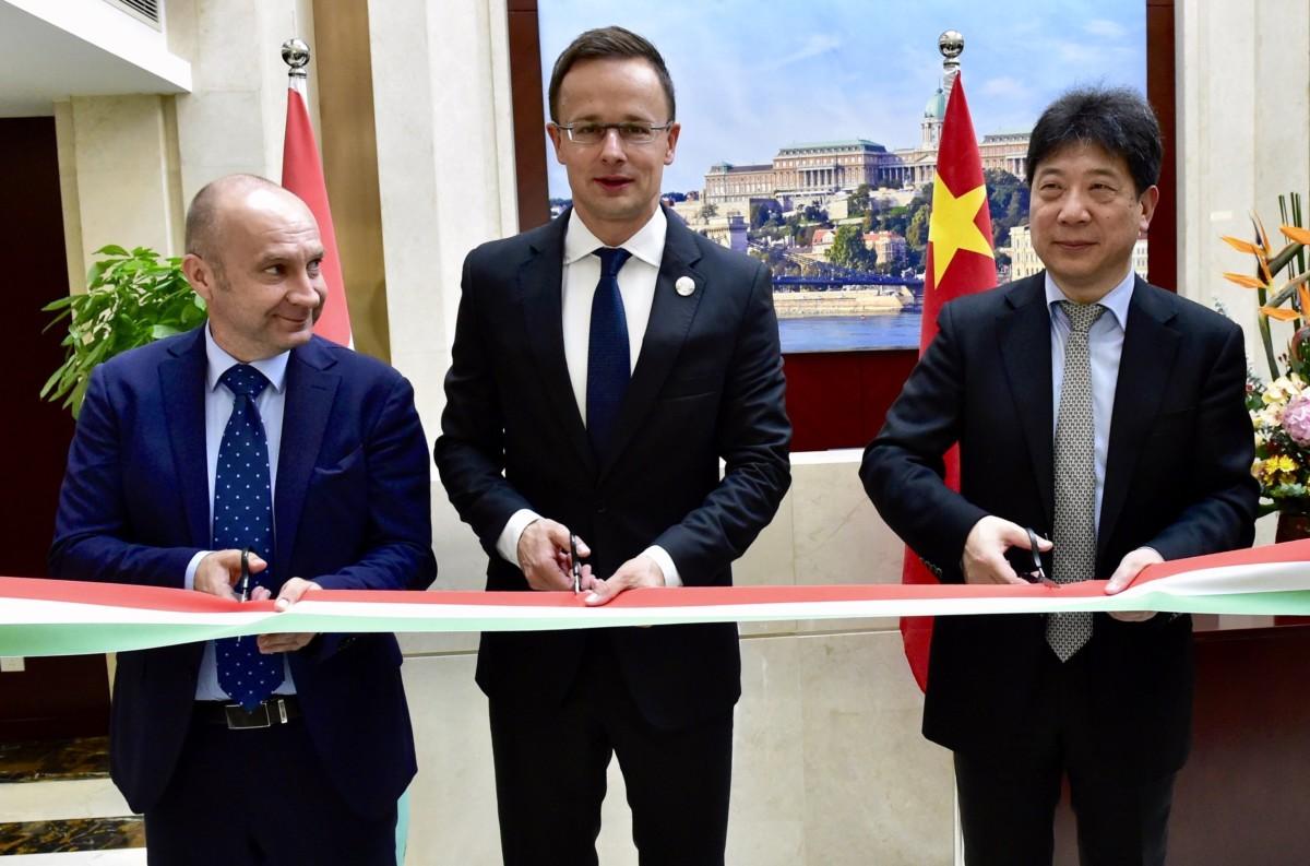 Ligetfalvi Gábor, Szijjártó Péter külgazdasági és külügyminiszter és Kuo Jen-hua ügyvezető igazgató (b-j) a magyar kereskedelmi központot megnyitóján Sanghajban 2018. november 4-én.