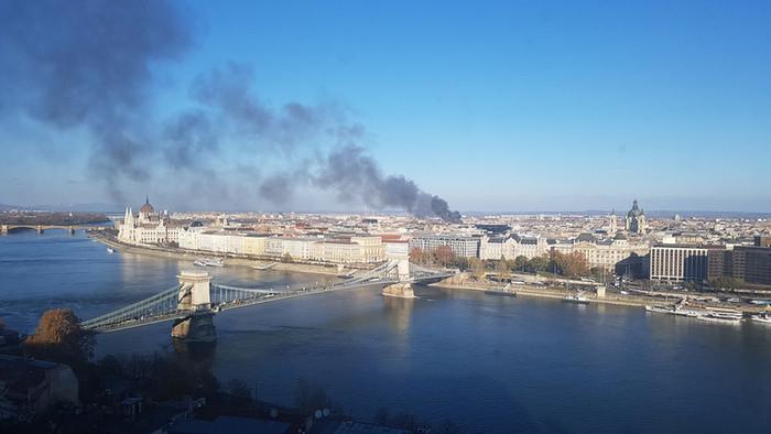 Hatalmas füsttel ég egy ház tetőszerkezete Budapesten