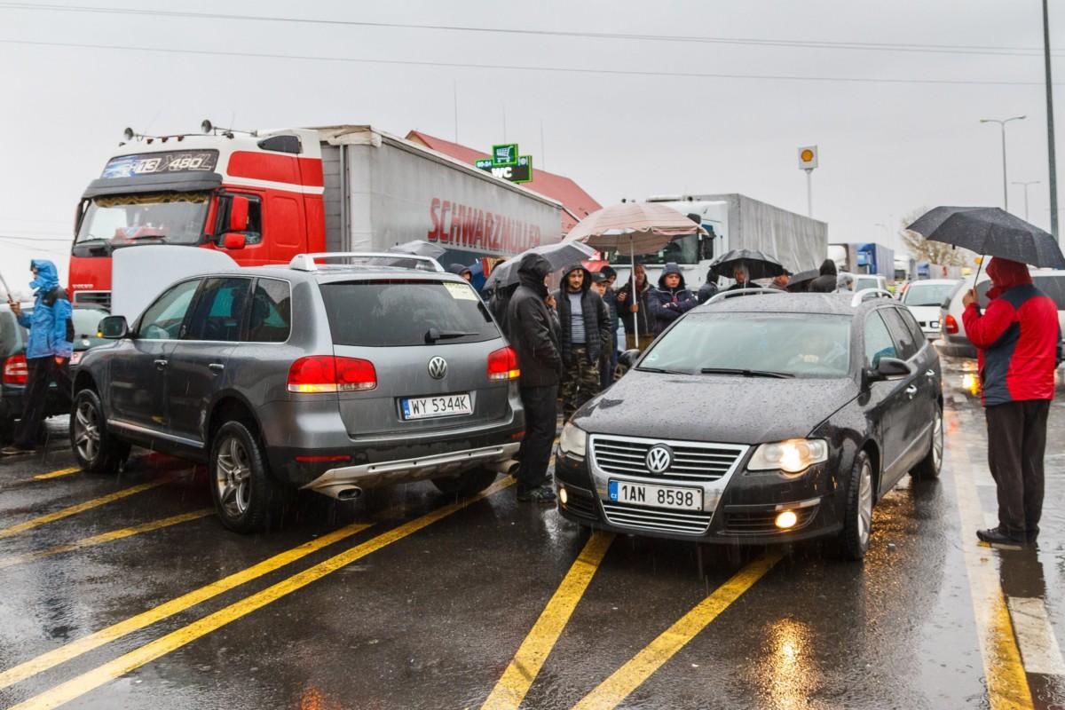 Kárpátaljai autótulajdonosok útlezárással demonstrálnak a Csap-Záhony közúti határátkelőhely Ukrán oldalán 2018. november 26-án. Ukrajnában november 25-től nehezen értelmezhető, szigorú törvényekkel - magas behozatali vám vagy kaució kiszabásával - nehezítették meg az ukrán állampolgároknak, hogy külföldön regisztrált autóikkal lépjenek be az országba és azokat Ukrajnában használják.
