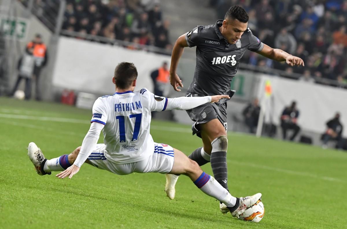 A székesfehérvári Pátkai Máté (háttal) és Léo Jabá, a görög csapat játékosa a labdarúgó Európa-liga L csoportjában játszott Vidi FC - PAOK mérkőzésen Budapesten, a Groupama Arénában 2018. november 8-án.