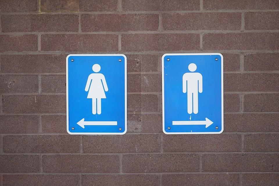 Nemi szervét mutogatta a vécében foglyul ejtett nőnek egy férfi a nyergesújfalui kocsmában