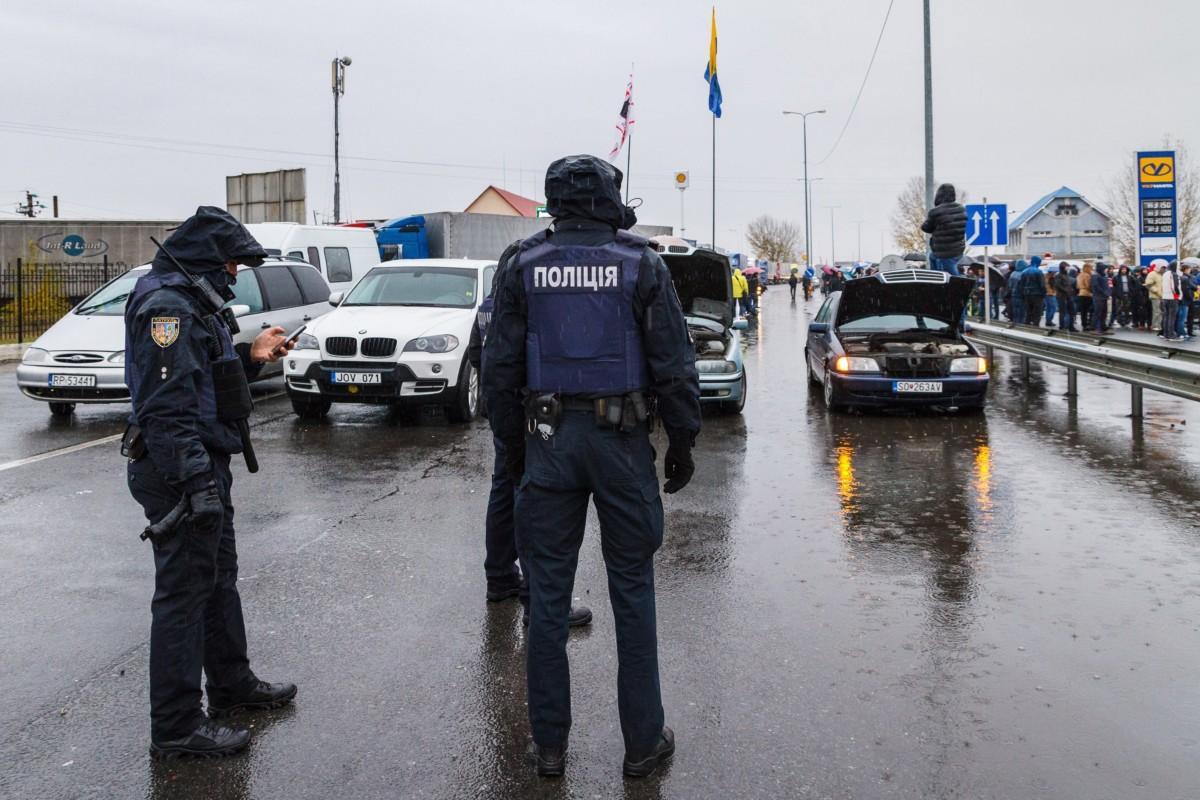 Kárpátaljai autótulajdonosok útlezárással demonstrálnak a Csap-Záhony közúti határátkelőhely Ukrán oldalán 2018. november 26-án.