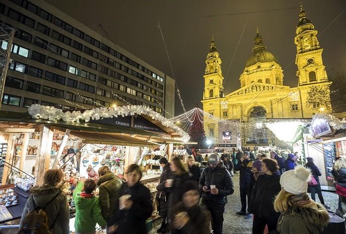 Érdeklõdõk az Adventi ünnep a Bazilikánál elnevezésû rendezvényen a budapesti Szent István téren, háttérben a Szent István-bazilika 2017. november 24-én.