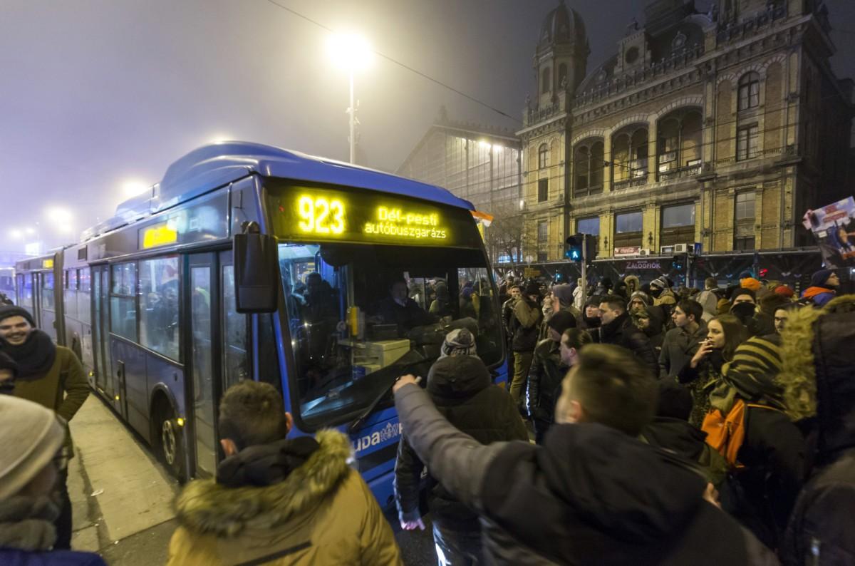 A Szabad Egyetem és a Hallgatói Szakszervezet Tüntetés a rabszolgatörvény ellen / Diák-Munkás szolidaritás címmel meghirdetett demonstráció résztvevõi a Nyugati pályaudvarnál 2018. december 14-ére virradó éjjel.