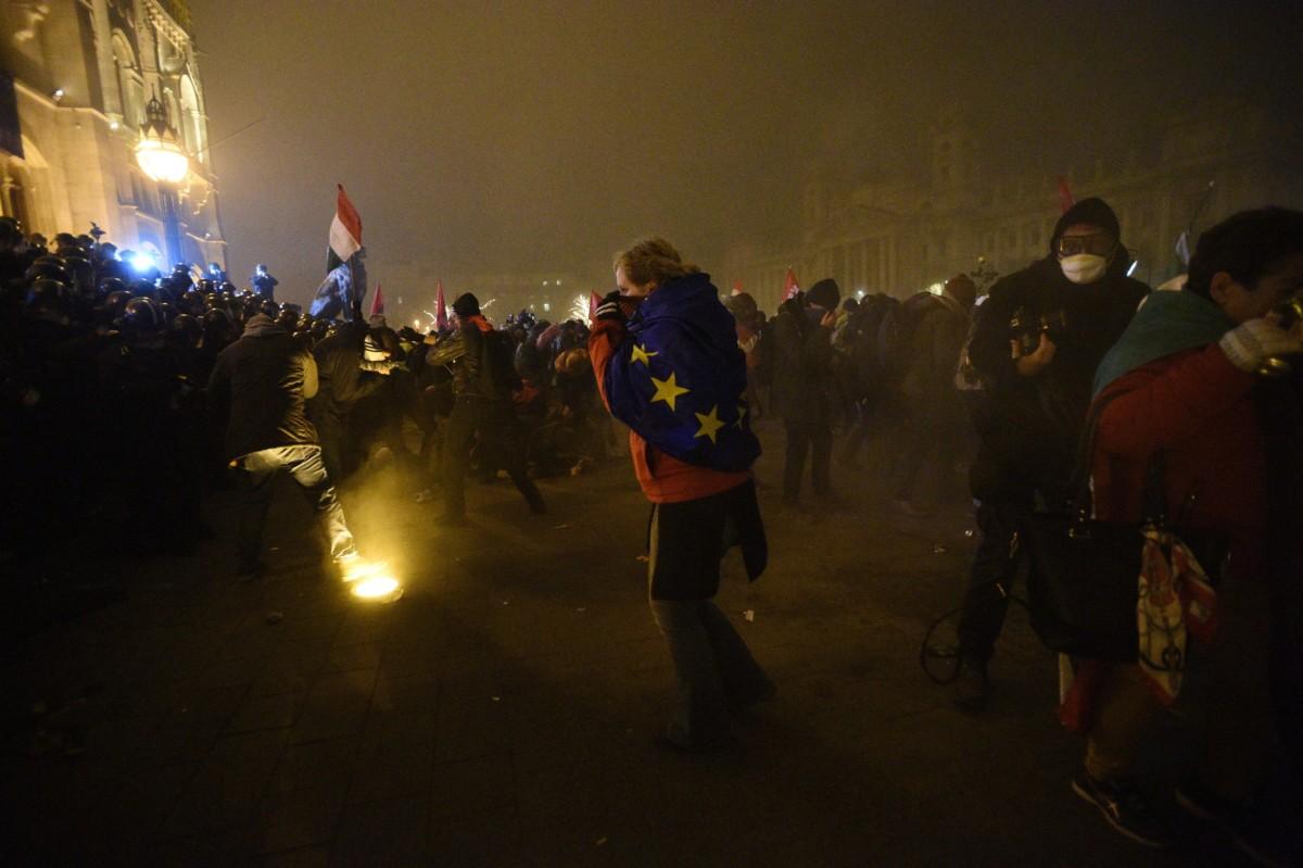 A Szabad Egyetem és a Hallgatói Szakszervezet Tüntetés a rabszolgatörvény ellen / Diák-Munkás szolidaritás címmel meghirdetett demonstráció résztvevõi és rendõrök a Parlament elõtti Kossuth téren 2018. december 13-án.