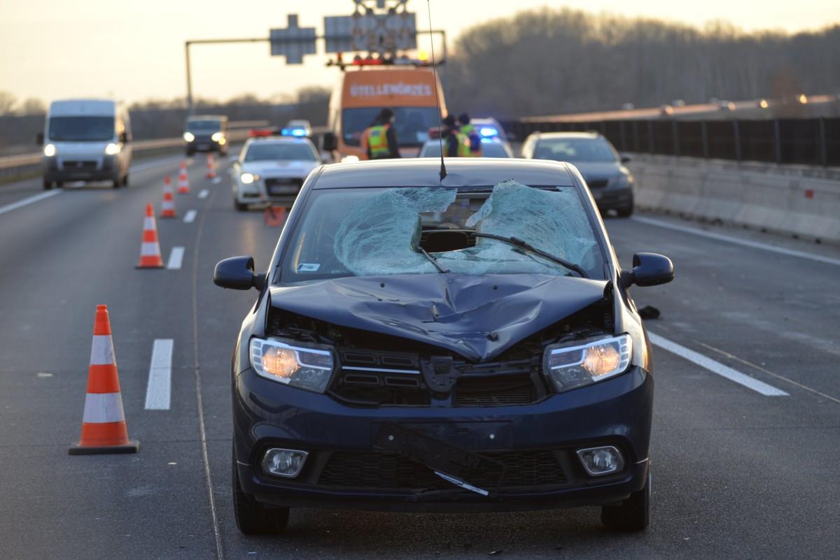 Baleseti helyszínelés 2018. december 26-án az M0-s autóút 27-es kilométerénél, az M5-östõl az M6-os autópálya felé vezetõ szakaszon, ahol szabálytalanul közlekedõ gyalogost gázolt egy személyautó. Az elütött férfi a helyszínen életét vesztette, és a jármû vezetõje is súlyosan megsérült.