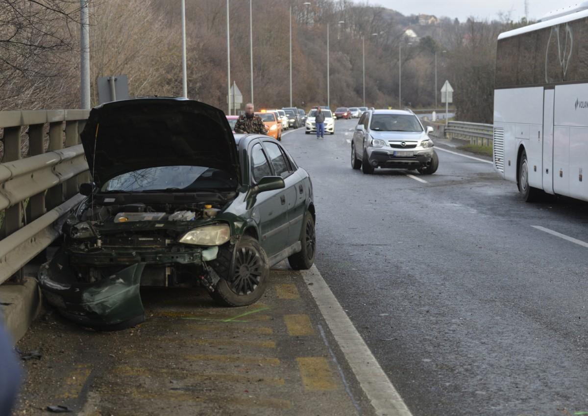 Összetört személygépkocsik 2018. december 27-én az M7-es autópályán Törökbálint térségében, ahol tömegbaleset történt. A Balaton felé vezetõ oldalon hét személyautó, egy kisbusz és egy menetrend szerinti busz karambolozott. A balesetben három ember sérült meg könnyebben, a buszon tizenhárman utaztak, egyiküknek sem esett baja.