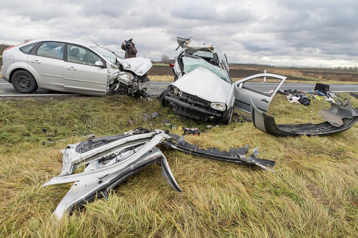 Ütközésben összetört személygépkocsik a 83-as fõúton Gyõr és Gyõrszemere között 2018. december 24-én. A balesetben két ember a helyszínen meghalt, többen megsérültek.