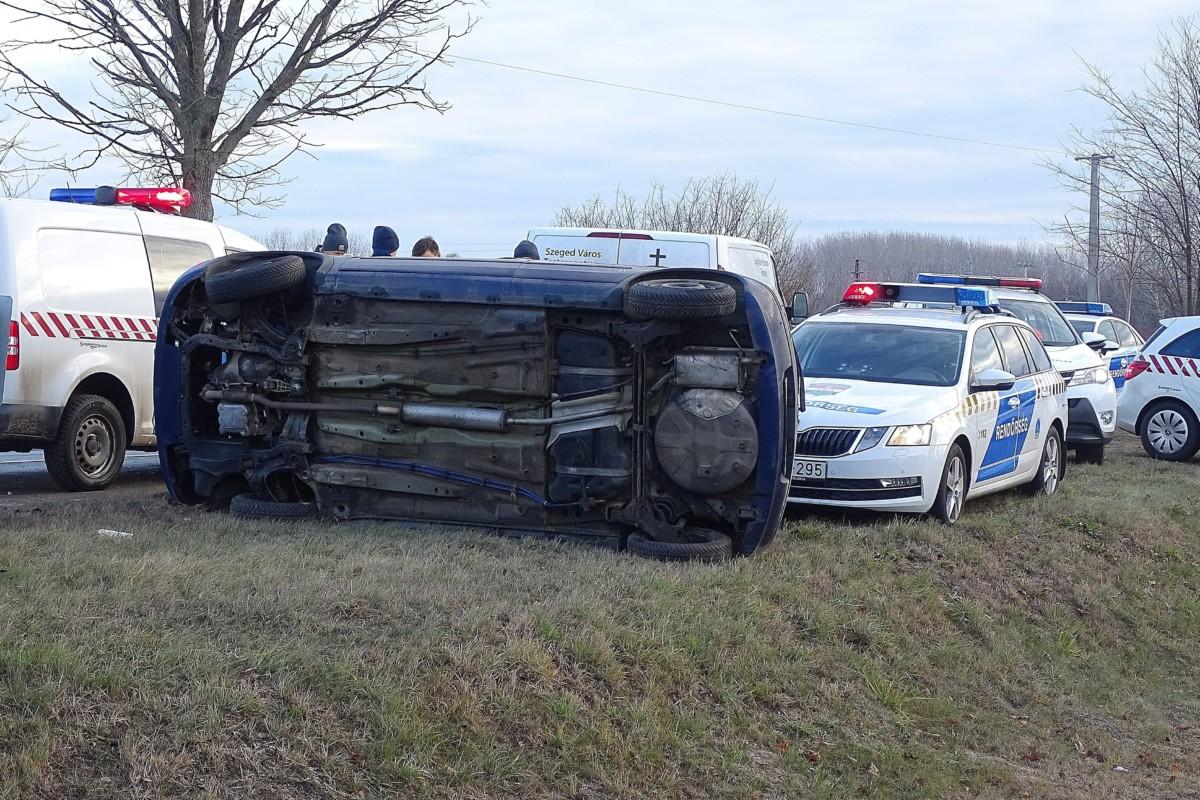 A Bordány és Szeged közötti útról lesodródott és összetört személyautó 2018. december 26-án. A 43-as kilométernél történt balesetben a sofõr a helyszínen életét vesztette.