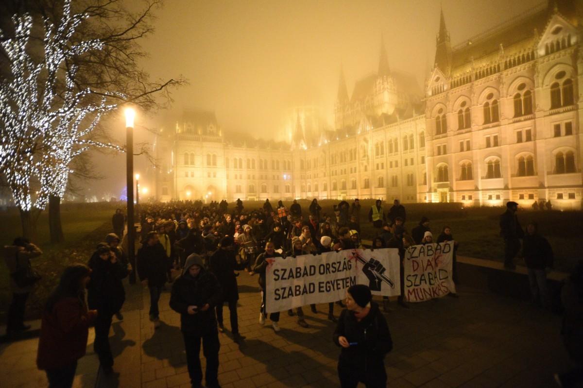 A Szabad Egyetem és a Hallgatói Szakszervezet Tüntetés a rabszolgatörvény ellen / Diák-Munkás szolidaritás címmel meghirdetett demonstráció résztvevõi a Kossuth téren 2018. december 14-ére virradó éjjel.