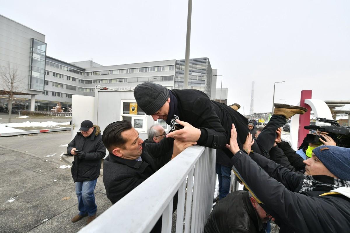 Gréczy Zsolt, a DK-s országgyûlési képviselõ átmászik a kerítésen az MTVA Kunigunda utcai székházának területére 2018. december 17-én. A területrõl Molnár Zsolt MSZP-s képviselõ (b) segít neki. Ellenzéki képviselõk az önkéntes túlmunka idõ bõvítésérõl szóló törvény ellen demonstrálnak az MTVA székháza elõtt és élõ adásban szeretnék elmondani nyilatkozatukat.