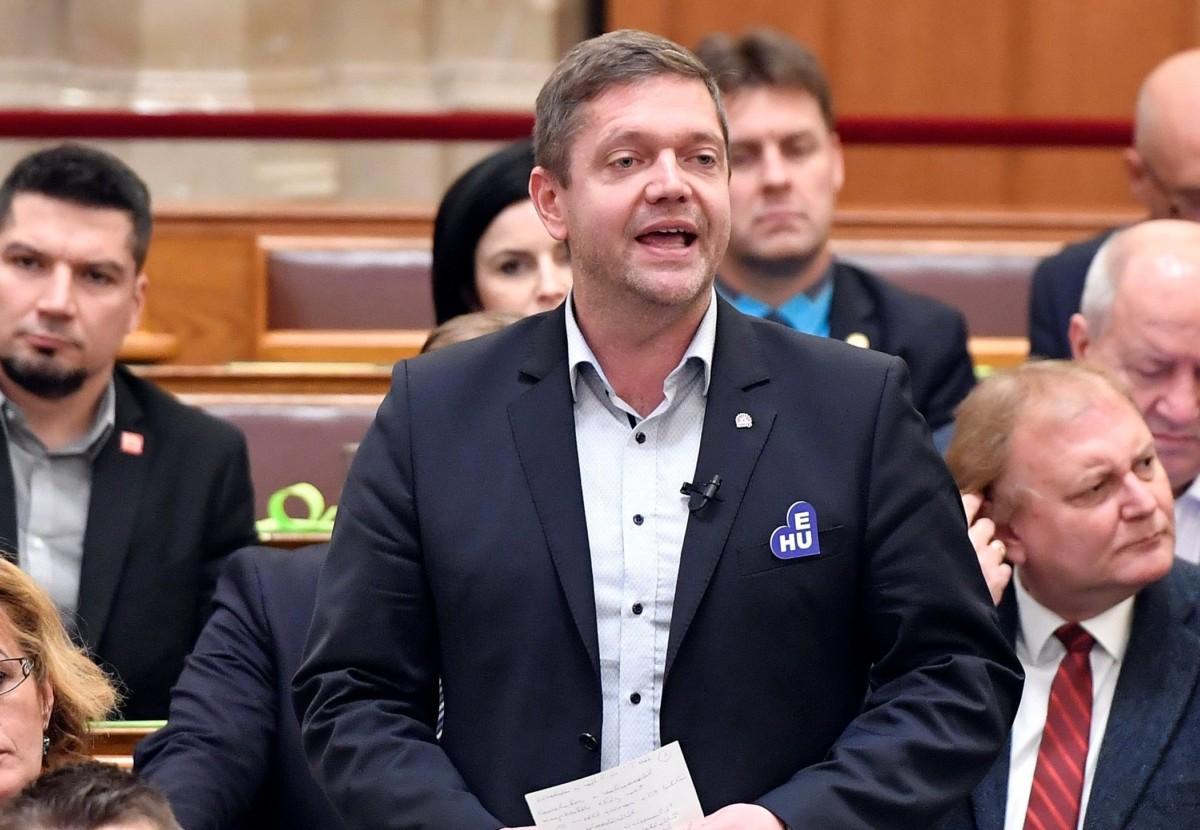Tóth Bertalan, az MSZP elnöke, frakcióvezető felszólal napirend előtt az Országgyűlés plenáris ülésén december 2018. december 10-én.