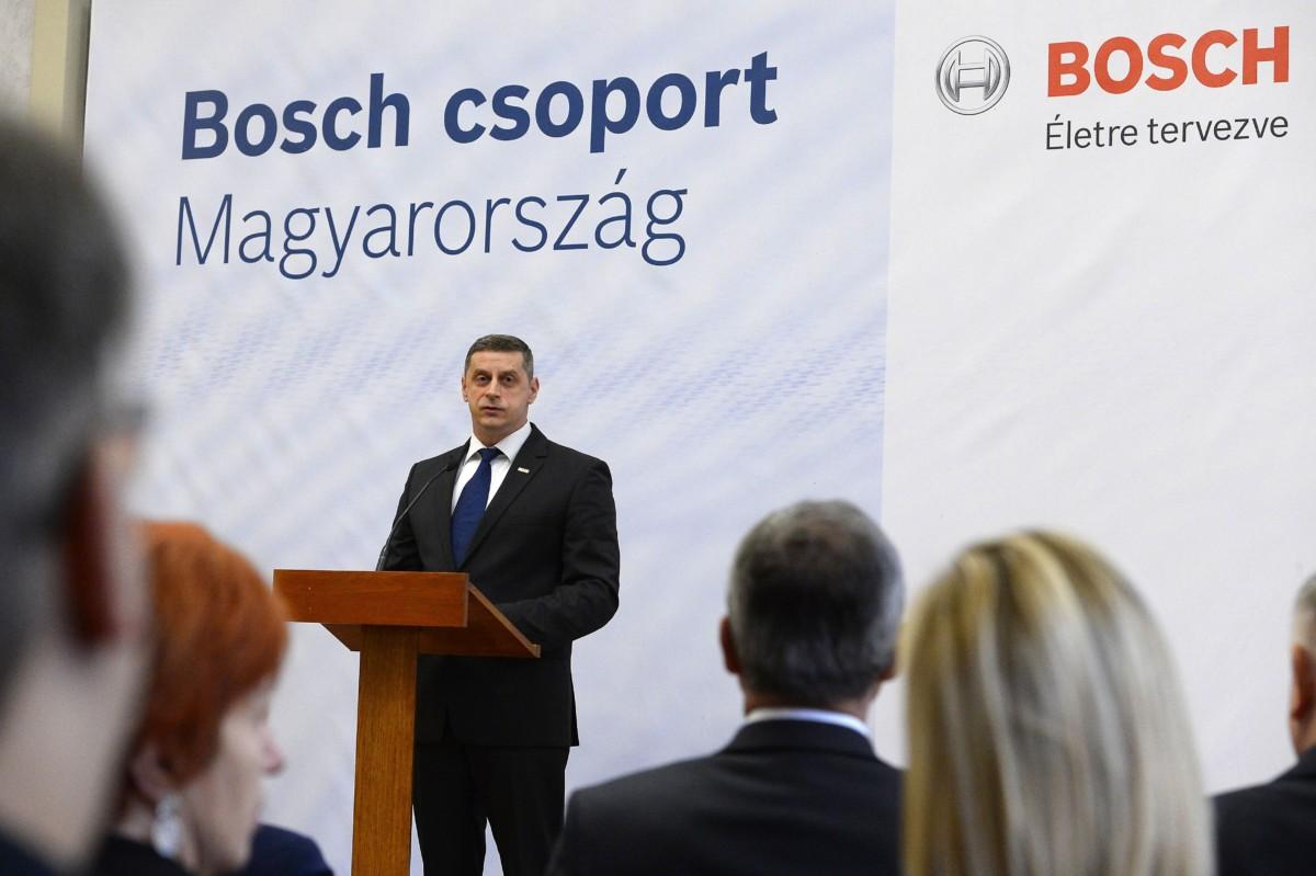 Fükõ László ügyvezetõ igazgató a német tulajdonú Robert Bosch Power Tool Kft. beruházásáról tartott sajtótájékoztatón a Külgazdasági és Külügyminisztériumban 2018. december 4-én.