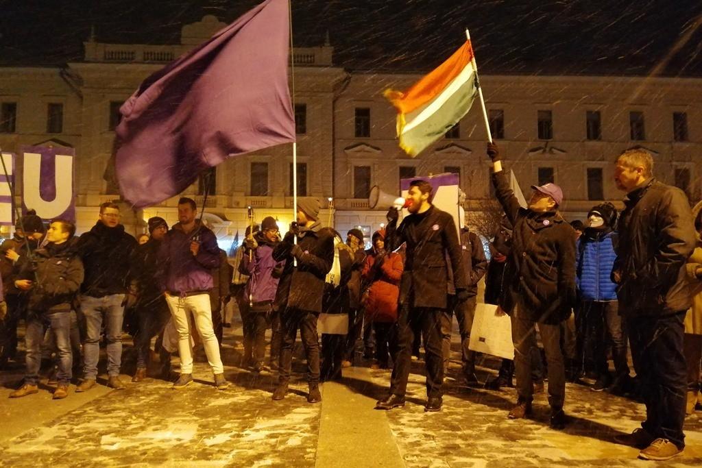Pécsett is tüntettek péntek este a rabszolgatörvény és a kormány ellen.