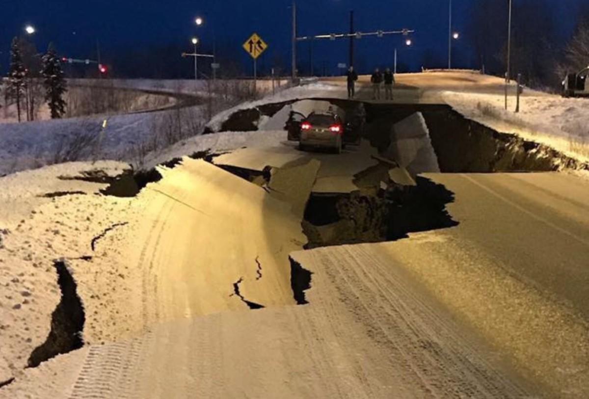 Erős földrengés rázta meg Alaszkát, videón, ahogy megnyílt a Föld