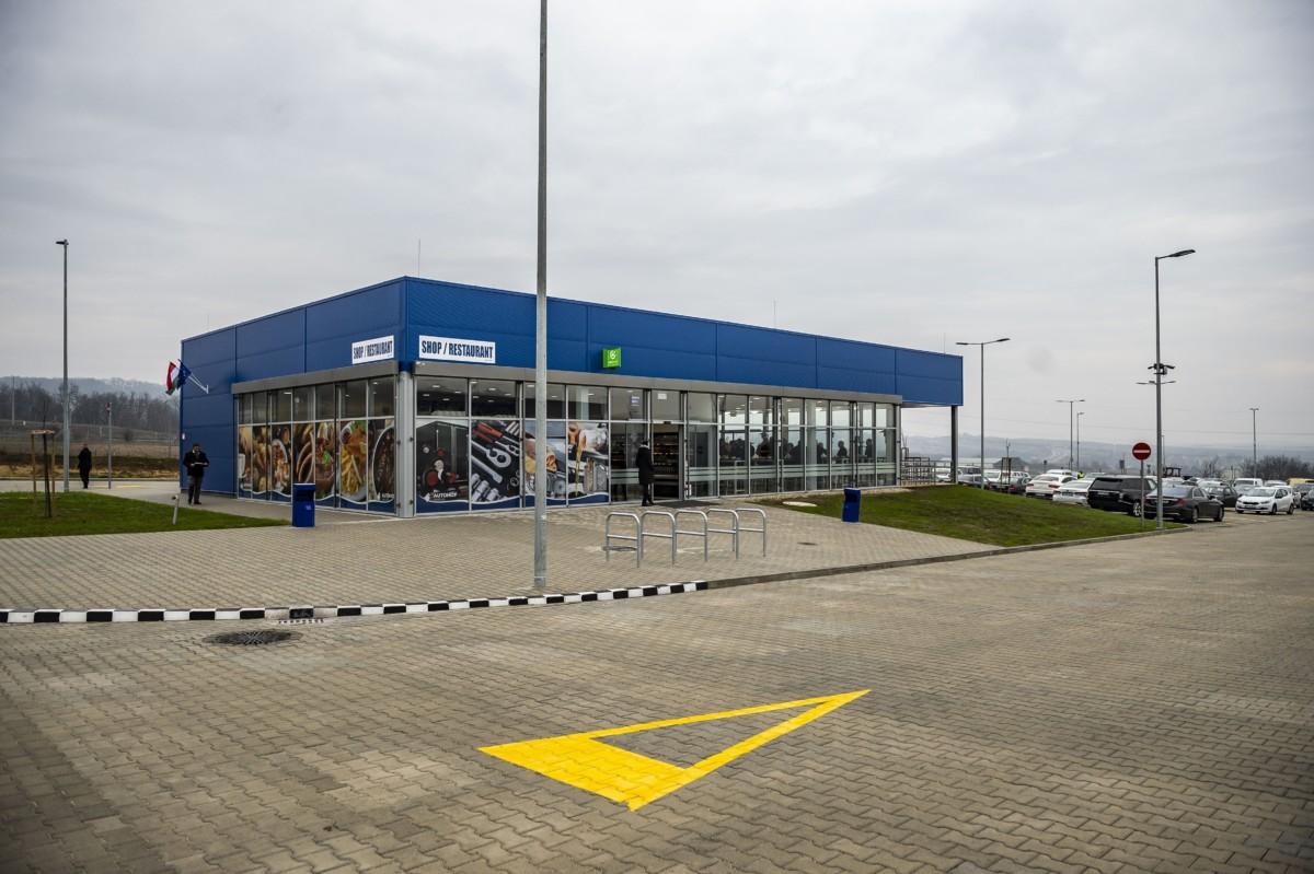 Az Autohof Óbarok kamionos pihenőhely az átadó ünnepség napján az M1-es autópálya óbaroki lehajtója közelében 2018. december 7-én.