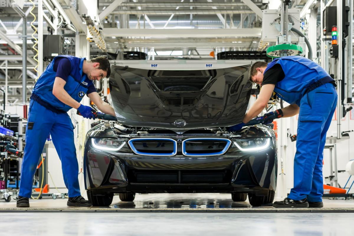 Munkások a BMW lipcsei gyárában.