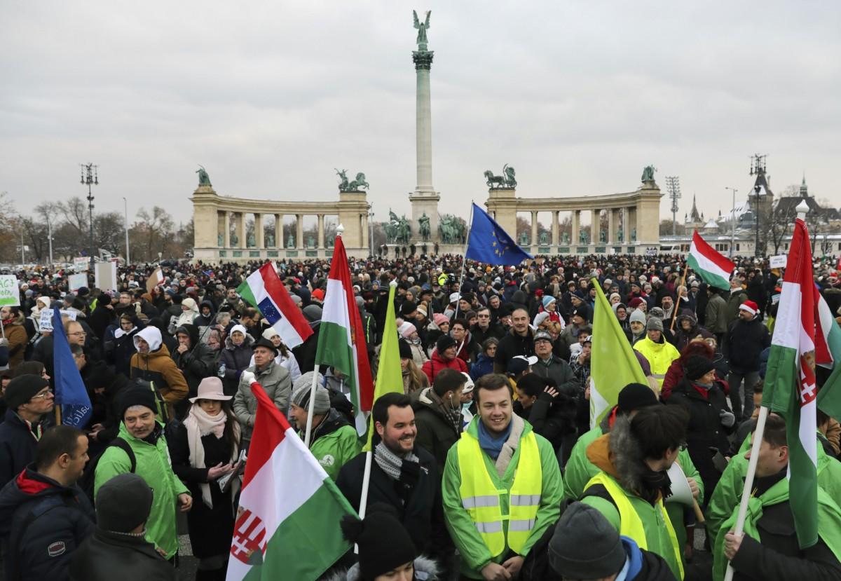 """A """"Boldog karácsonyt, miniszterelnök úr!"""" címmel meghirdetett kormányellenes demonstráció résztvevői a fővárosi Hősök terén 2018. december 16-án."""
