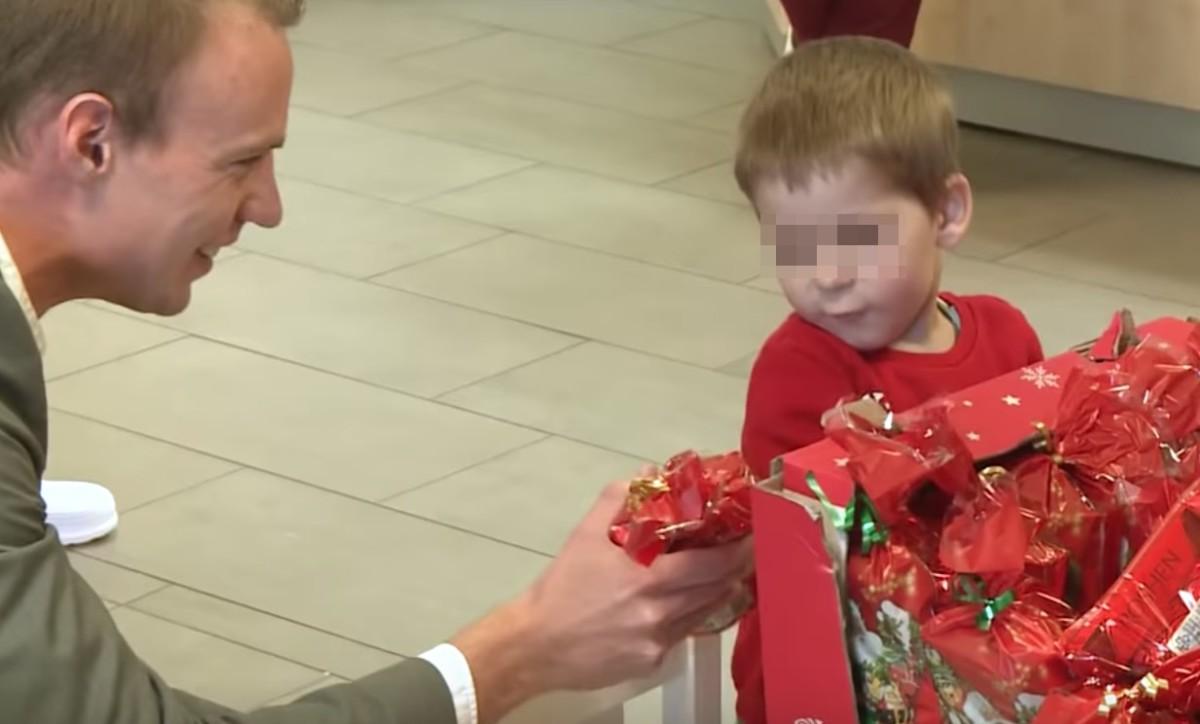 """A helyi Fidelitas alelnöke adta át a """"Mikulás ajándékát"""" az egri kórház gyermekosztályán"""