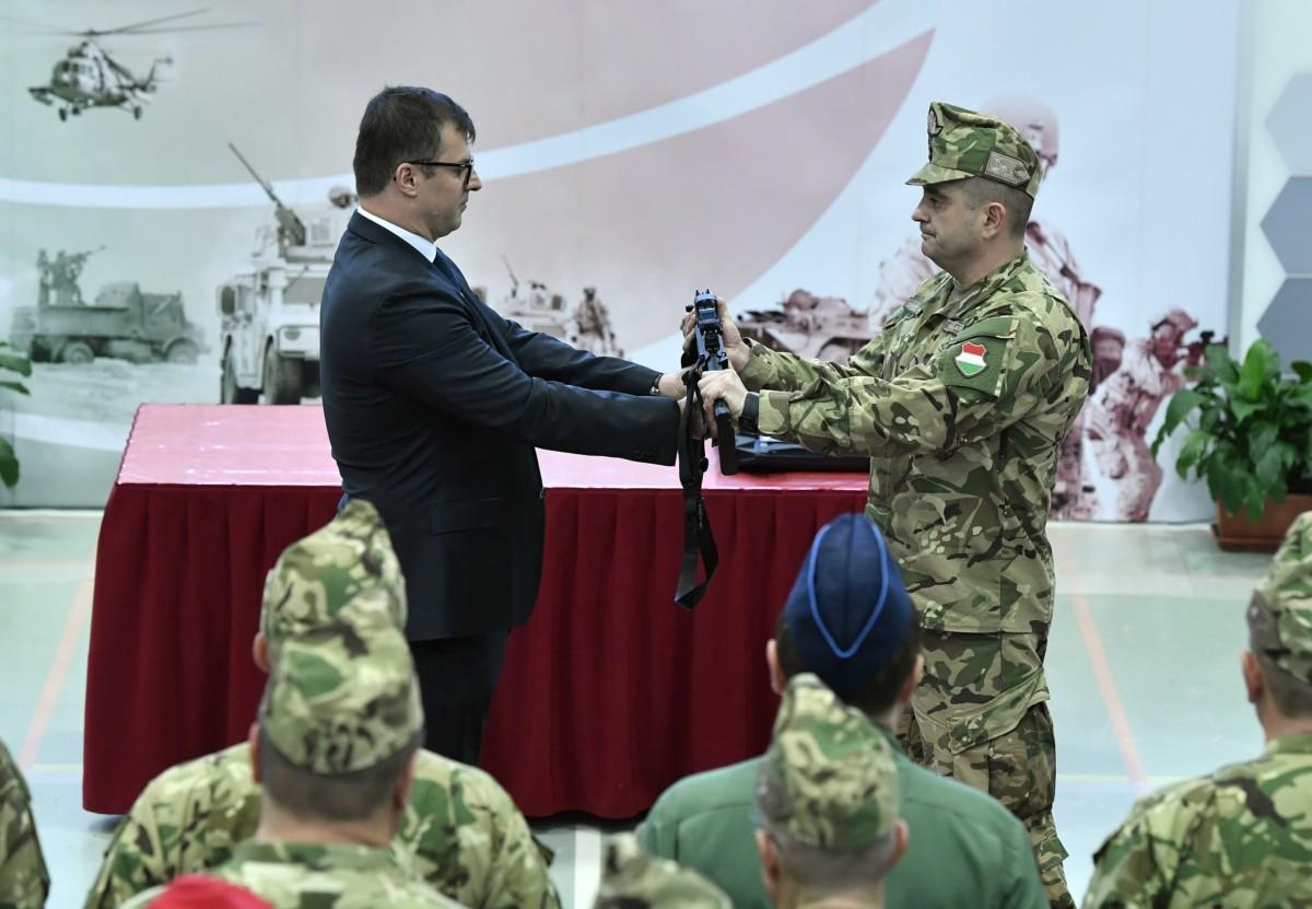 Kránicz Roland, az HM Arzenál Zrt. vezérigazgatója (b) jelképesen átadja a honvédség új fegyvereit Böröndi Gábornak, a Honvéd Vezérkar főnökhelyettesének a Petőfi laktanyában 2018. december 11-én.