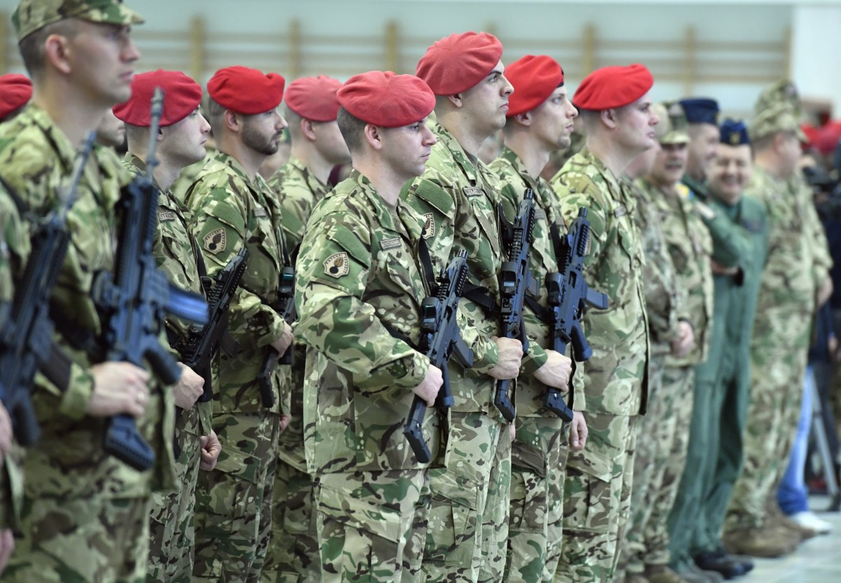 Katonai rendészek a honvédség új fegyvereinek átadásán a Petőfi laktanyában 2018. december 11-én.