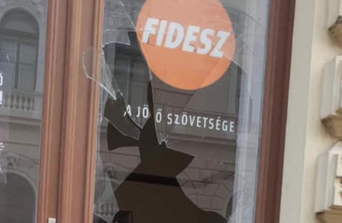 Megtámadták a Fidesz irodájának ajtaját Szegeden