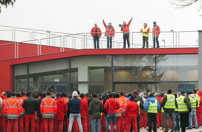 Németh Sándor, az Audi Hungária Független Szakszervezet elnöke beszédet mond az Audi Hungaria Zrt. egyik épületének tetején a kétórás figyelmeztető sztrájk alatt 2017. január 26-án.