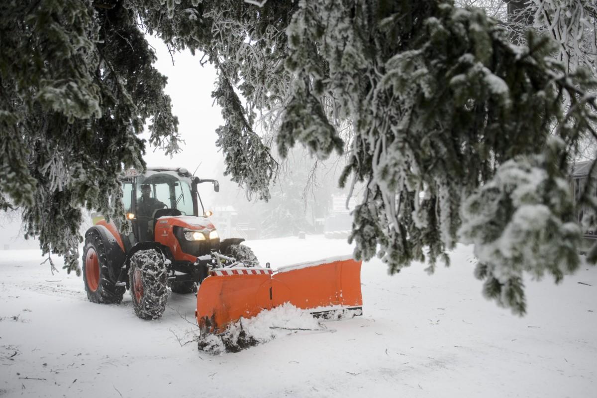 Egy tolólapos traktor havat kotor Kékestetőn 2018. november 27-én.