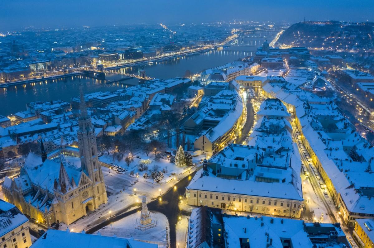 A behavazott Budapest látképe a Budai Várnegyed felől 2018. december 16-án. Előtérben a budavári Nagyboldogasszony-templom, ismertebb nevén Mátyás-templom a Szentháromság téren.