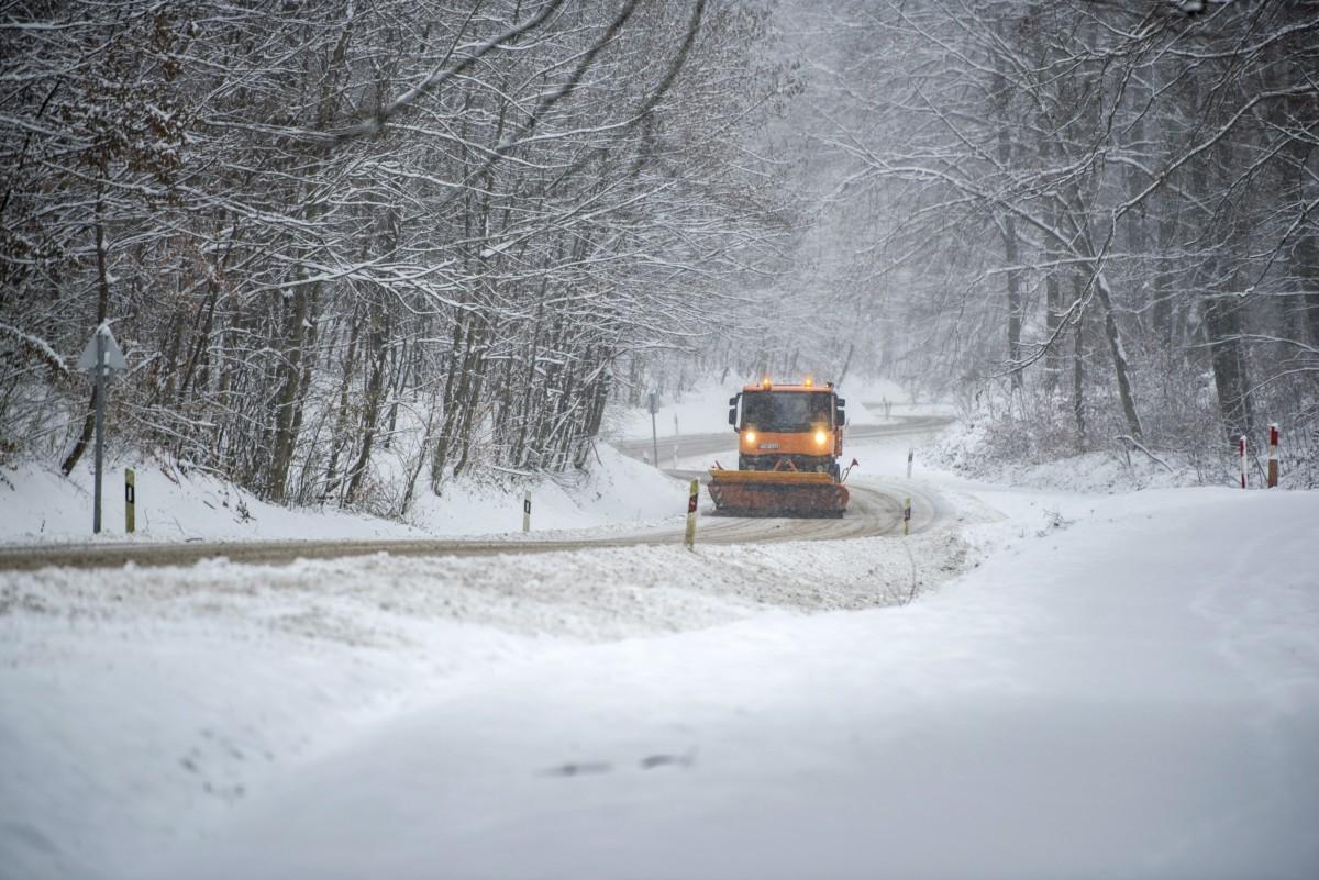 Hókotró halad a behavazott Mecsekben Pécs és Orfű között 2018. december 15-én.