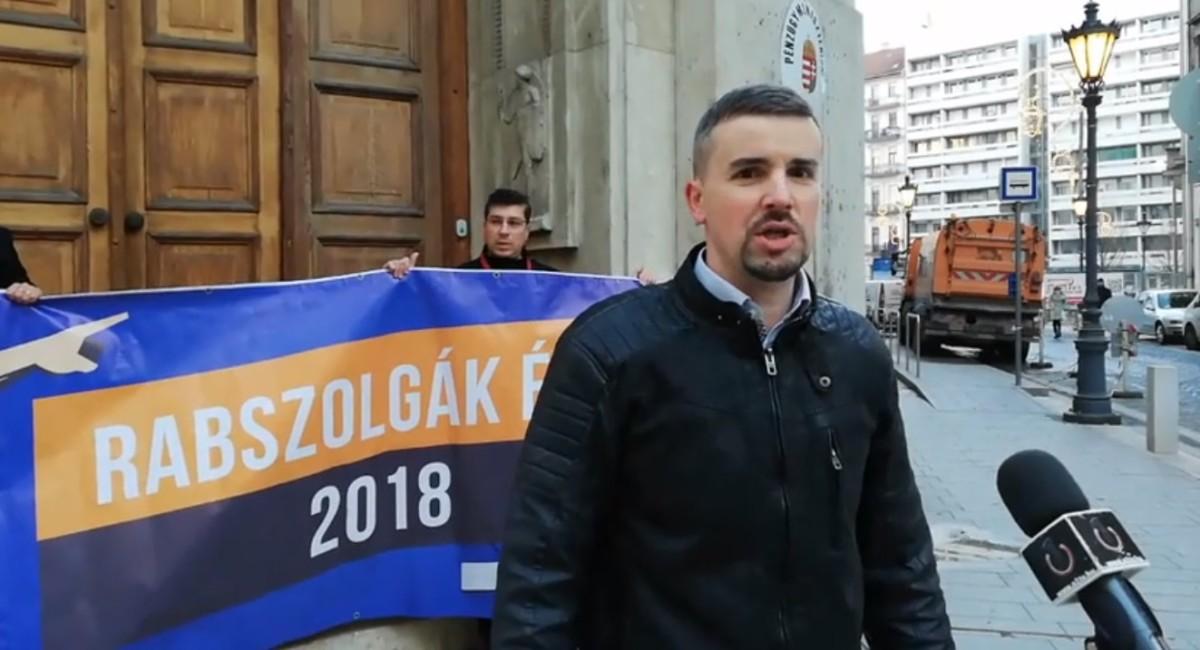 Rabszolgatörvény: lezárta a Pénzügyminisztérium bejáratát a Jobbik