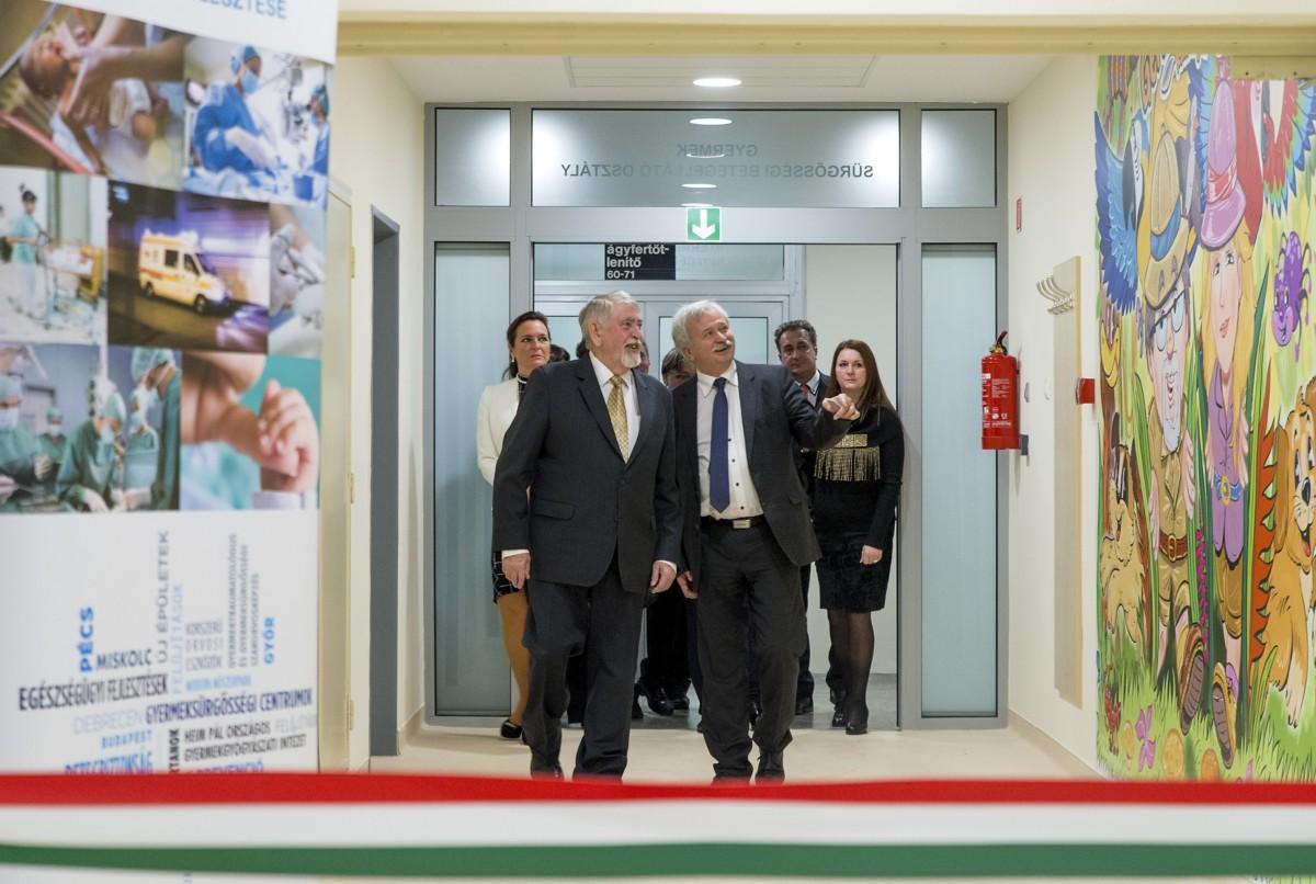 Kásler Miklós, az emberi erőforrások minisztere (b) Tamás László János, a kórház főigazgató főorvosa (j) kíséretében a győri Petz Aladár Megyei Oktató Kórház gyermeksürgősségi részlegének átadásán 2018. december 4-én.