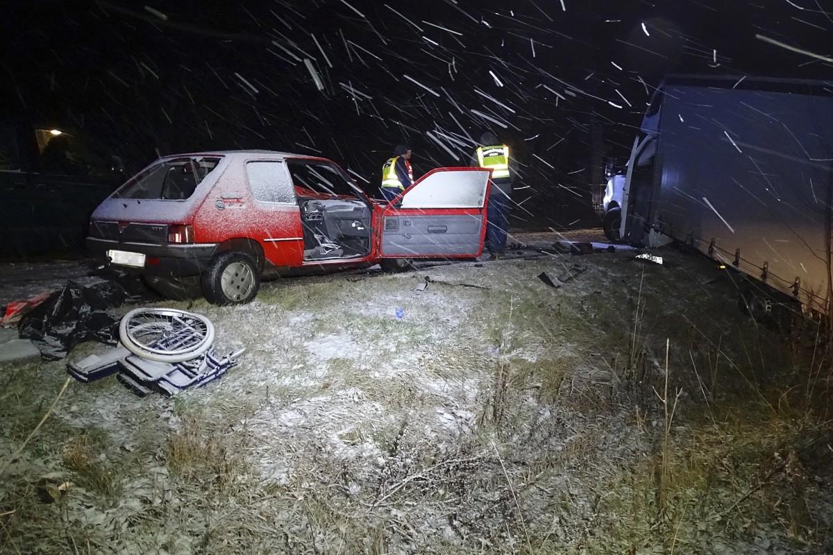 Rendőrök helyszínelnek Bács-Kiskun megyében, az 52-es főútról Kerekegyházára vezetõ úton, ahol kisteherautó személygépkocsi ütközött 2018. december 14-én. A balesetben egy ember meghalt.