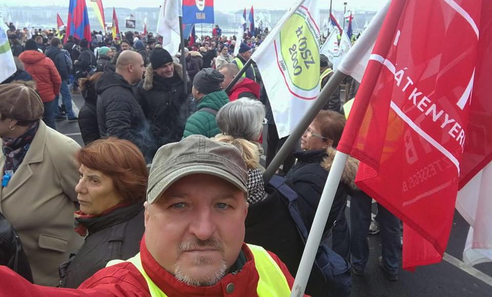 Komjáthi Imre, az MSZP alelnöke a rabszolgatörvény ellen szervezett tüntetésen Budapesten 2018. december 8-án.