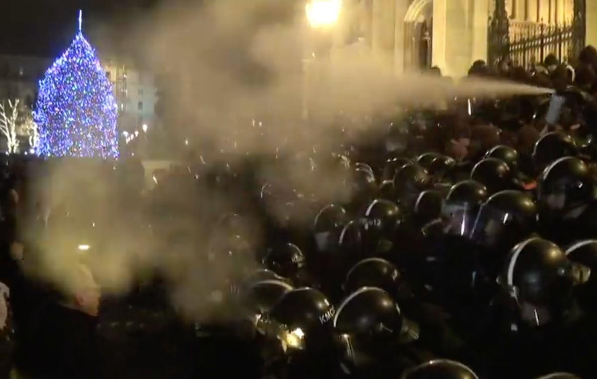 Könnygázt fújnak rohamrendőrök a tüntetőkre a Kossuth téren, a Parlament lépcsőjénél.
