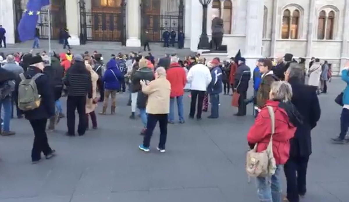 Gyülekeznek a tüntetők a Kossuth téren – itt nézheted élőben