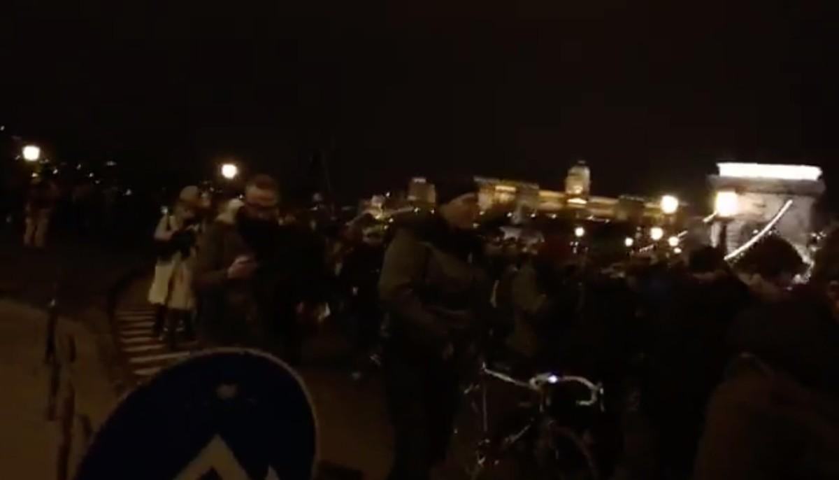 """""""Túlórázni jöttünk"""" – a Kossuth térre tartanak a tüntetők"""