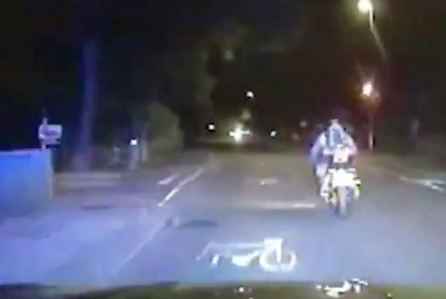 Szándékosan elgázolják a robogós bűnözőket a londoni rendőrök