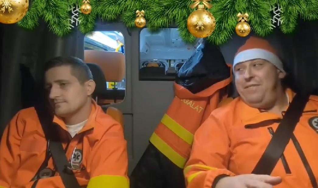 A karácsonyi dalokat éneklő magyar mentősök videója ma mindent visz
