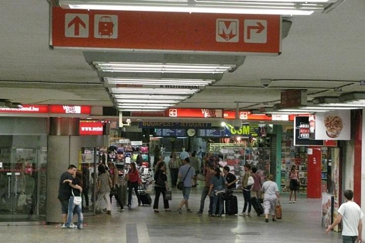 Kiteszik az üzleteket a Nyugati téri aluljáróból
