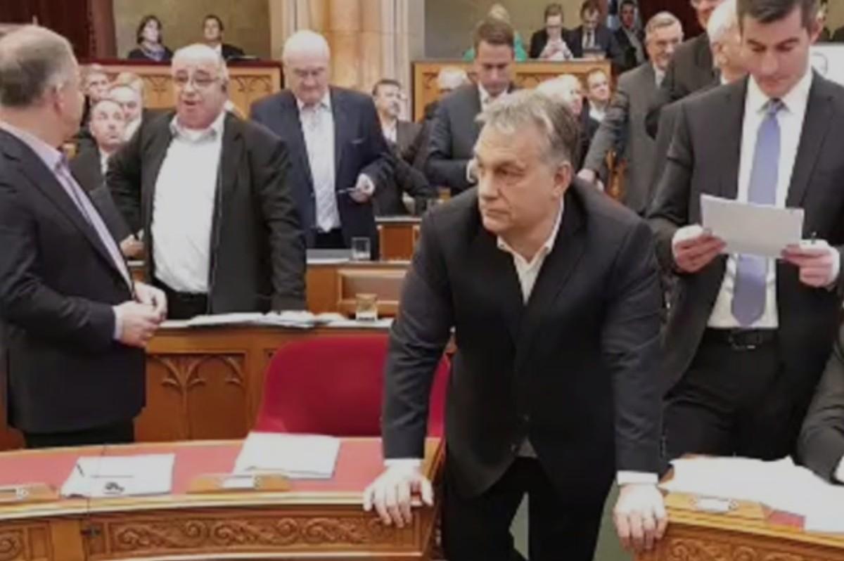Hatalmas balhé a Parlamentben: elfoglalta az ellenzék a pulpitust – videó