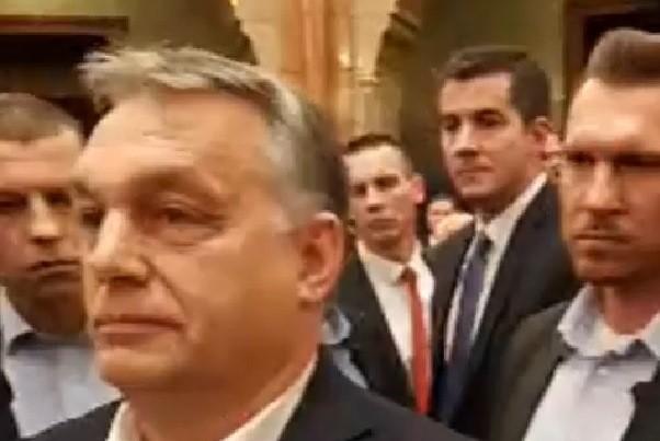 Testőrei védték Orbánt az ellenzéktől a Parlamentben